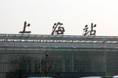 バス停は、上海駅正面の路上にある。<br />流石に駅前。<br />バスは15分おきにあると時刻表には「書かれて」いた。しかし実際は、この時間帯に関しては30分おきだったが・・・。<br />6時のバスが満席になったので見送り、6時半のに一番乗り出来るように待った。<br />