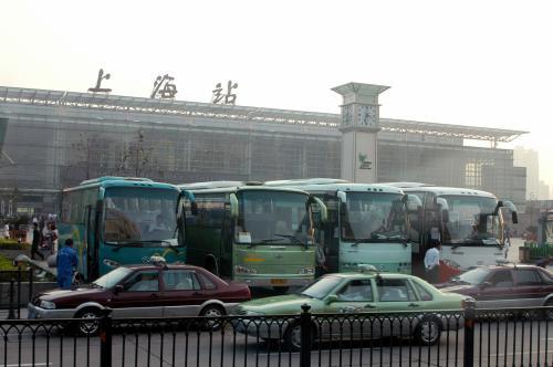 バスが去った後は「一番乗り」だったが、上海人の、モラルのない人種が横入り。<br />特に列がある訳でもないが、人が3人、荷物を持って立っているので判るもの。<br />その人間の前に、しかも接近距離0mで平気で立つ。<br />そう、前に立って後の人間を押し戻す形になるので「0m」なのだ。。。いや、−10cmかも。<br /><br />