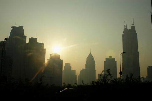 浦西の南京路外灘付近の巨大ビル群や、浦東の金融区のビル群まで良く見える。<br />朝日に照らされたビル群は、何故か金色に輝いていた。