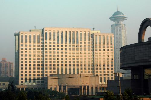 南北高架から延安高架へと進むと、人民公園などの建築物もお目見え。<br />これは上海市政府。<br /><br />もうすぐトンネルに潜るまでのショウタイム。