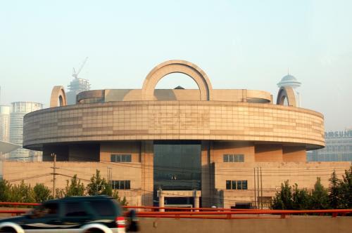 上海博物館が、鼈甲飴色に輝いていた。<br />辺りがドンドンと明るくなってきた。