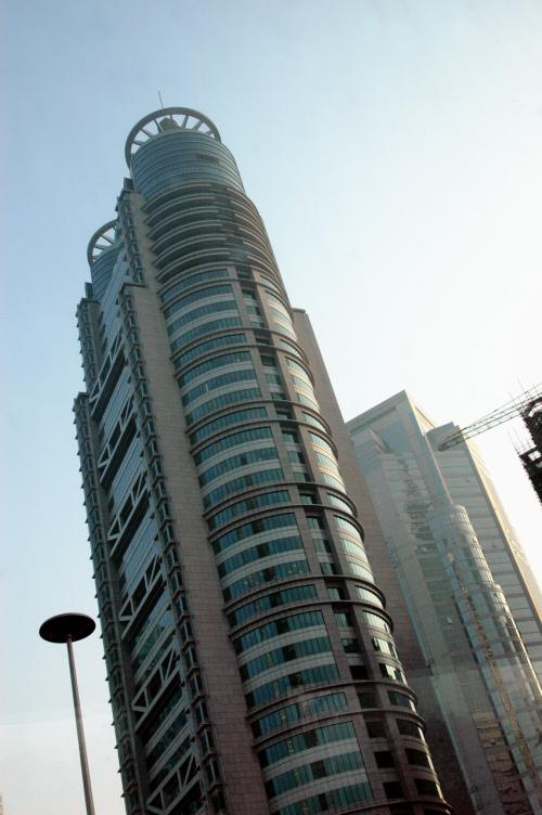 浦東に出た。<br />バスは、金融区中心部をドンドン進む。<br />人寿公司の大きなビル。<br /><br />この近くには、森ビルのプロジェクトで、100階建てのビルSWFC(上海環球金融中心)が建設中。<br />森ビルが以前建てた88階建ての金茂大厦より、12階多い事になる。