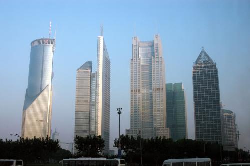 中国銀行ビルなどが見える。<br />朝は、流石の上海金融区も、物静かに佇んで見える。