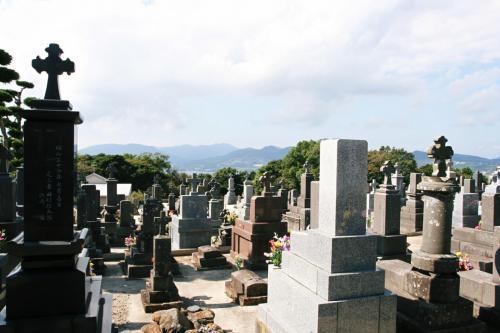 教会堂のそばに大きな墓地があります。日本式の墓石の上に十字架がかかげられている墓がたくさんありました。遠くに海を見ることが出来る静かな墓地です。