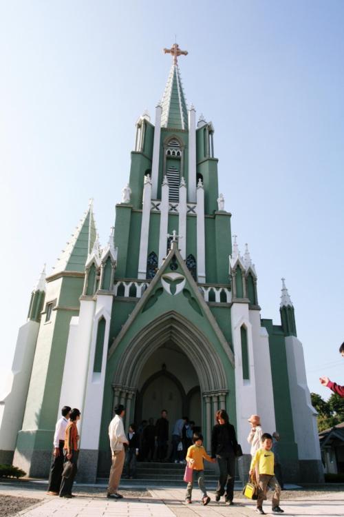 平戸カトりック教会は、平戸ザビエル記念教会ともいわれています。それは、ザビエルが3度平戸を訪れていることを記念して建てられたからだそうです。1921年(昭和6年)完成。この教会の特徴はドイツ式ゴシック様式で、巨大な尖塔を多くの小尖塔が取り囲み、垂直に屹立する鋭さとナチュラルな色の仕上がりが美しい建物です。