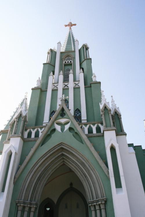 この教会は、左側だけに八角形の塔があり、ゴシック建築としては大変珍しいアンシンメトリー(非対照)な景観を作っています。このことが見る者により一層不思議な魅力を与えています。