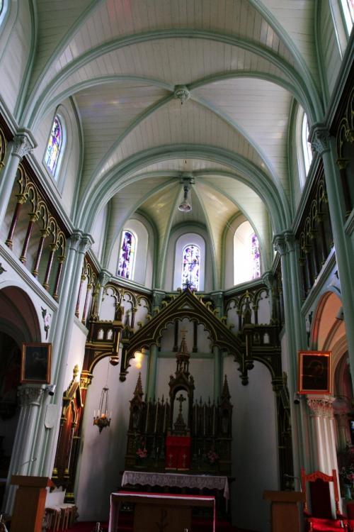 教会の内部です。ステンドグラスは建築当時のものではなく、ほとんど新しく入れ替えられたそうです。