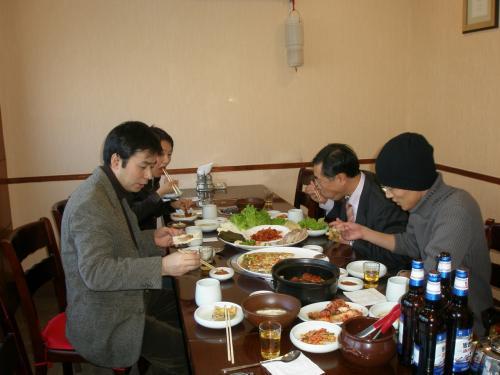 """忘年会当日の昼、高麗ホテルと新興小学校の間に位置する韓国料理屋さんで、瀋陽から来られた友好会員K御夫婦(左)と延辺日本人会商工会準備委員長(右)N社長さんとお食事をする機会を頂きました。<br /><br />延辺日本人会のことを中心とした話題他、日中間の人の行き来についても話すこととなりました。<br /><br />食事も進み40分ほど経った頃、北京から飛行機に乗ってこられた友好会員さん2名と当日の司会兼幹事のFさんから電話が来ました。<br /><br />私""""忘年会の前に少しお話しませんか・・・""""<br /><br />ということで、食事場所に来て頂く事になりました。"""
