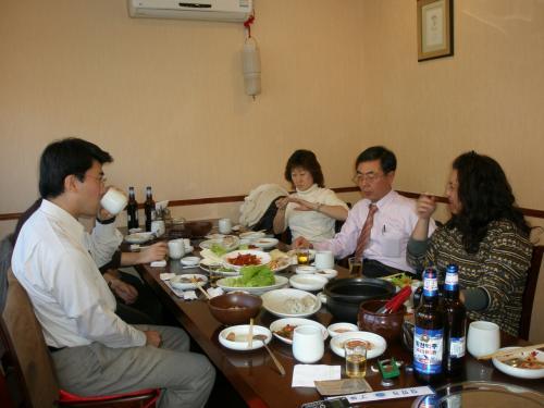 左の方は当日友好会員になって頂いた北京勤務のTさん。ふだんとても忙しい方です。前日に参加が決まりました。○ヶ国会議が始まっていたら延吉には来られませんでした。<br /><br />右奥の女性は延辺日本人会忘年会参加の為に、<br />早朝 瀋陽→北京<br />午前 北京→延吉<br />乗り継ぎをして約2000キロのフライトに耐えながら苦労して延吉に来て頂きました。<br /><br />本当に遠いところありがとうございました。<br /><br />そして右側手前の女性は当日の司会兼幹事のFさんなのですが、この方が忘年会であることをされて・・・お楽しみに〜<br /><br /><br /><br />