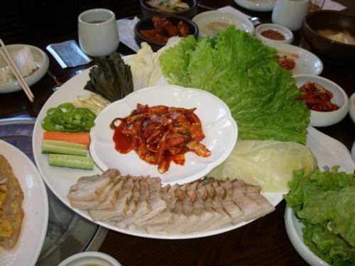"""野菜にお肉やみそ、御飯などを包み食べる韓国料理""""サム""""を頂きながら歓談をした後、<br /><br />14:00過ぎにはホテルにチェックインする方もおり、また私とFさんは当日の最終チェックがある為お食事会は終了となりました。<br /><br />さあこの後忘年会で参加者の方を暖かく包み込むことが出来るのでしょうか・・・"""