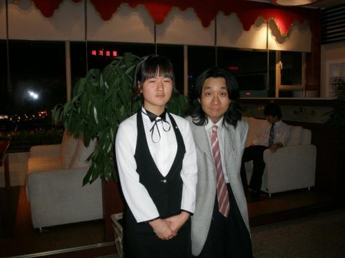 演奏を聴き喜ぶ親睦委員の徳山さん(右)