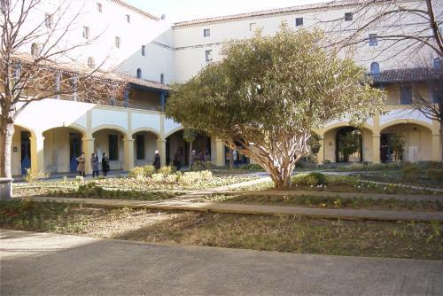 ゴッホが療養していたとされる病院?<br /><br />角いお庭がありました。