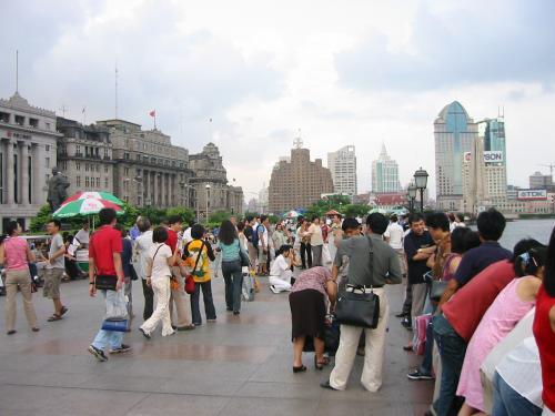 上海の観光名所 外灘(ワイタン)の景色。古い西洋風の建物だいっぱい建ってて観光客がめちゃくちゃいる。上海のメインストリートの南京東路(ナンジントンルー)をまっすぐ行った所。