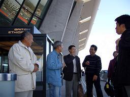 NH001便は強い追い風のため定刻より30分早くワシントンダレス国際空港に到着。早速ターミナルの外に出て一服、至福のひと時。ちなみに11中喫煙者は3名。<br />ワシントンは快晴、17〜18℃、無風。フォード元大統領の死去のための半旗になっていた。