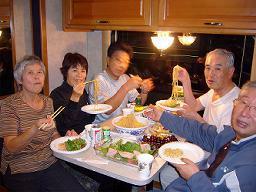 キャンピングカー内で夕食。このあと日本から持参の焼酎で酒盛りが始まる。
