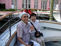船でボカラトンリゾートのプライベートビーチ向いました。船首付近で仲良く撮影中の成田さんご夫妻。<br />(羨ましいほどいつも仲良しです)