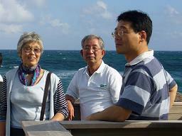 ボカラトンリゾートのプライベートビーチで(目の)保養中の稲浪さん、柳崎さん。左は丸山さんの奥さん。