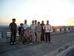 2007年1月1日7時10分、大西洋から昇る初日の出をバックに記念写真。