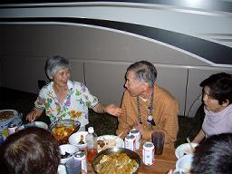 元旦の夕食はキャンピングカーの横でBBQ。<br />丸山さんの奥様と成田さんご夫婦。