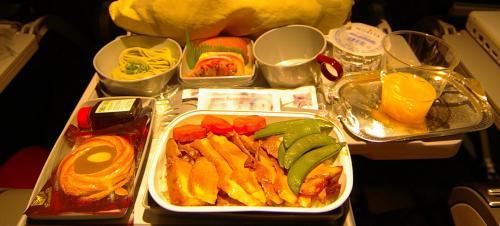 搭乗率は50%くらい。<br /><br />インドをすぎたあたりで、朝食。<br />やはり中東の航空会社は豪華。<br />おいしい機内食にかな〜り満足。