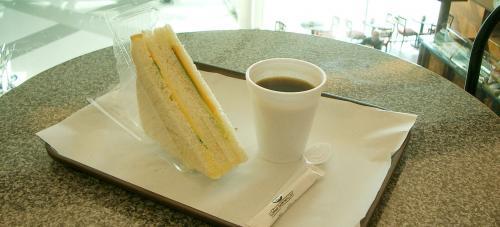 で、空港に戻って、<br />カタールがサーヴィスしてくれた<br />朝食サンドウィッチをかじりながら、 <br />しばし旅の計画。