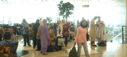 空港のようす。<br />狭いので、人口密度が高い!<br /><br />いろいろお話しをしているうちに、 搭乗開始。