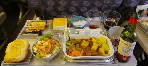 機内は満席。<br />ヨーロッパ発着の飛行機はいつも混んでいる。<br /><br />機内食は、あいかわらず無茶苦茶豪華。<br />今回は、ちょっとワインも頂く。