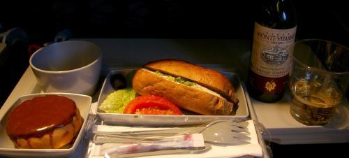 っとその前に、最後の食事サーヴィス<br /><br />今回のフライトは往復5万円。<br />なのに、片道で食事が4回出たから計8回、<br />食事だけで1万円分は軽く超すだろうから、<br />差し引き4万。<br />ワンフライト1万??。。。イイのだろうか、<br /><br />といらない心配をする。