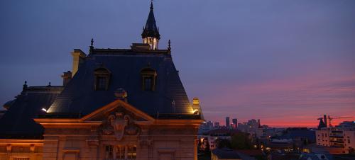 【旅の2日目】<br />2日目は、パリを徘徊します<br /><br />8時前、ようやく空が白み始める。<br />しばらくすると、東の空が焼けてきた。