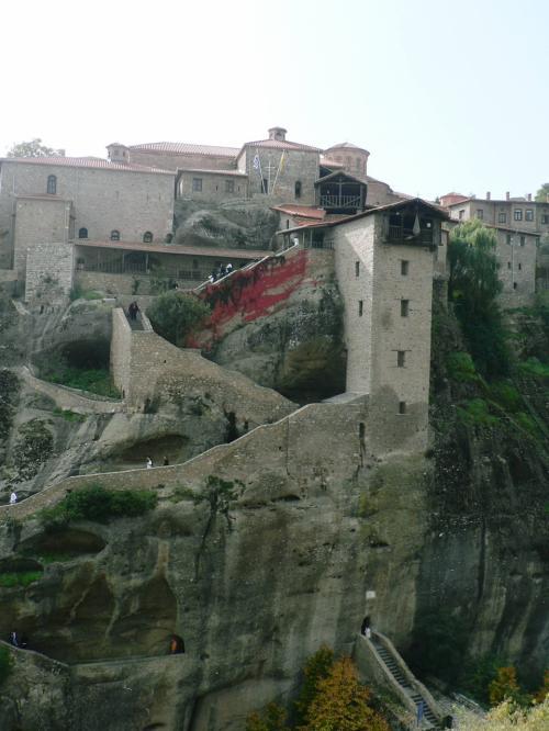 メガロ・メテオロン修道院。1356年に534mの岩場の上に建てられたメテオラ最初で最大の修道院。宗教画の部屋、博物館、展望台などがある。<br />
