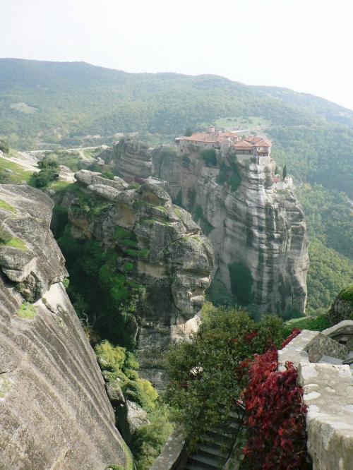 メガロ・メテオロン修道院から見るヴァルラーム修道院。<br />