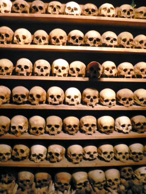 メガロ・メテオロン修道院の納骨堂。修道士の頭骨とのこと。<br />