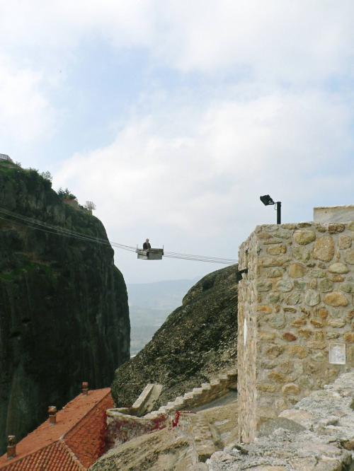 「人力ロープウエイ」で岩山から岩山に渡る修道僧。奈良県十津川村で見た「野猿」に似ている。<br />
