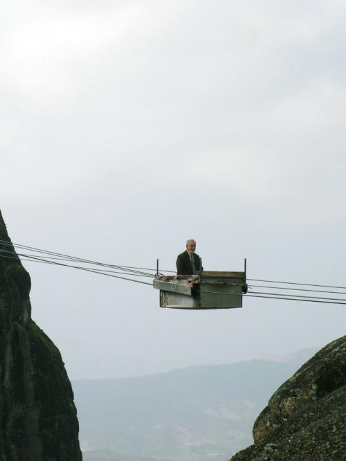 「人力ロープウエイ」で岩山から岩山に渡る修道僧。
