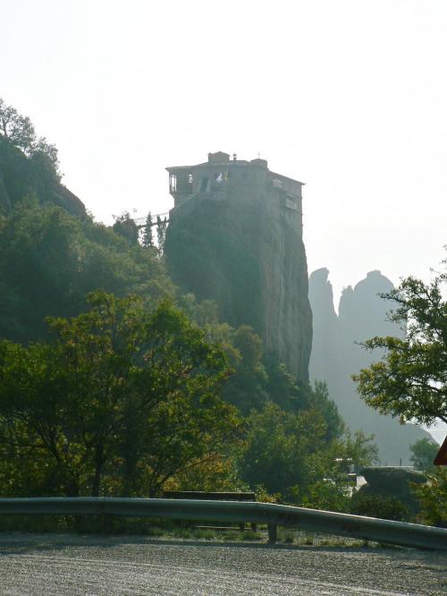 道を歩くと岩の上のルサヌー修道院が見えてくる。<br />