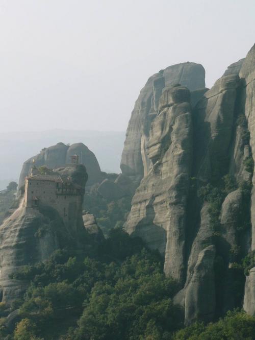 岩山群と修道院。<br />