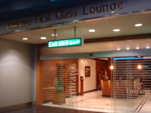 経由地ドバイのエミレーツ、ファーストクラスのラウンジです。<br />通路を挟んで向かい側にビジネスクラスのラウンジがあります。<br />