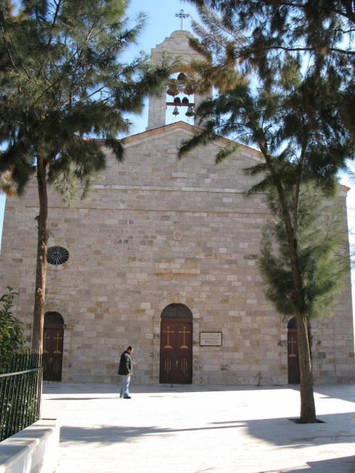 マダバ<br />何の変哲も無い田舎の町なのですが、ここの教会の中に、この町の名を一躍有名にしたすばらしいモザイクがあります。<br />この町には多くの教会が点在しています。<br />教会のみならず、多くの民家にも、5世紀から7世紀のビザンチン時代からウマイヤ朝時代にかけて制作された、数百のモザイク画が現存しているとのこです。<br />住民の半数近くがキリスト教徒らしい。<br /><br />ここがその、聖ジョージ教会です。<br />6世紀に建てられたギリシア正教会です。