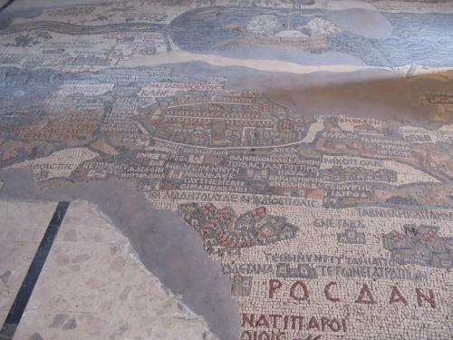 「エルサレムと聖地のモザイク地図」(570年頃)<br /><br />全部で88平方メートルの大きさに、200万個以上の色石を用いて制作された古代パレスチナのモザイク地図は最古のものらしい。色とりどりのきれいなモザイクで、かなり正確で貴重な資料であるとのこと。<br />北はパレスチナ・ヨルダン地方から南はナイルのデルタ地帯までの、平原、丘や渓谷、村落や町の家々や城壁までもが描かれています。<br />中心にあるのはエルサレム。ビッシリ立ち並ぶ家々、ローマ式街路。南北の城門とこれらをつなぐ回廊、キリストの復活教会が描かれ、東門、北門の上部には、ギリシャ語で「聖都エルサレム」の文字が入っています。本来の地図は、25x5メートルの大きさがあったらしいです。<br /><br />旧約聖書の町を見下ろして・・・<br />しばし妄想にふけってみました^^