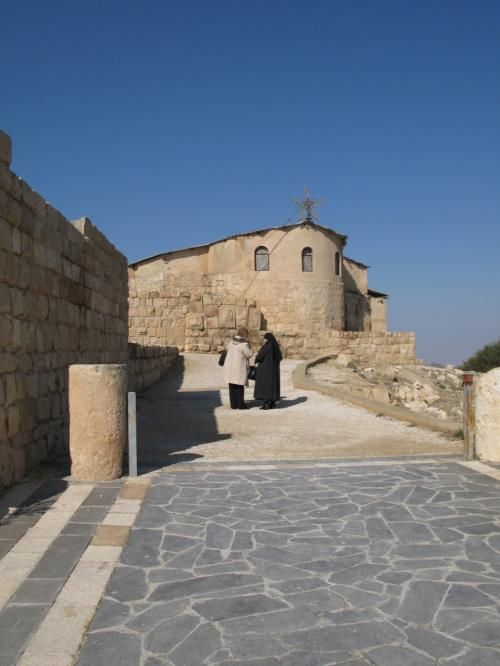 マダバから北西に9キロほどいった連山の中に、ネボ山がある。<br />ここはモーセ終焉の地として知られています。<br />ここからは約束の地・カナンが一望できます。<br />モーゼが行きたくて、行きたくて、でも行けなかった約束の地。<br />ローマ法王・パウロ2世は、2000年にネボ山を訪問しています。<br /><br />4世紀後半に建設された聖フランシスコ修道会の教会です。<br />