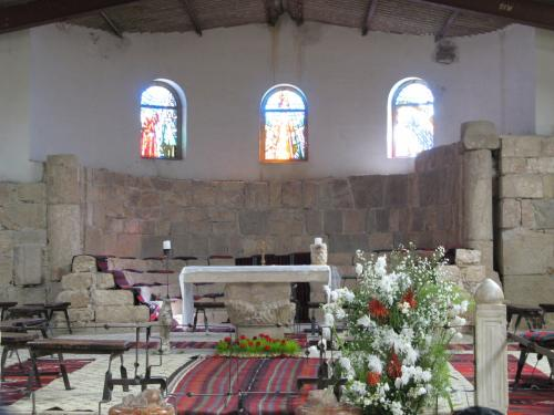 エジプトからの修行僧がバシリカ様式の石造りの教会を建設したとのこと。<br />ステンドグラスもきれいです。<br /><br />モーゼは地下に眠っているそうですよ。