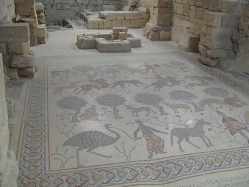 西暦531年に3人のモザイク作家によって制作されたモザイクがあります。