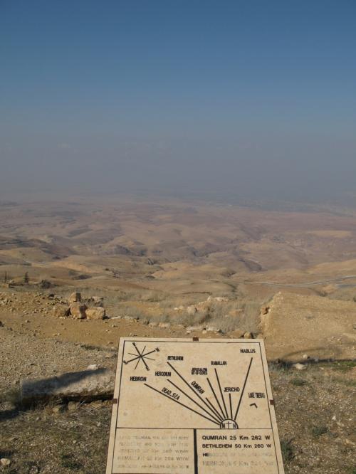 海抜800メートル。周辺を眺望すると、霞のなかに、死海やヨルダン川がうっすら見えました。<br /><br />旧約聖書の約束の地。<br />エルサレムまで46キロ、ベツレヘムまで50キロ、ヘブロンまで65キロ。・・・霞の中。<br /><br />モーゼ昇天の地はキリスト教徒にとって一度は訪れてみたい聖地だそうです。<br />