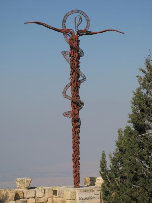 蛇と十字架のモニュメント<br />「モーゼが起こした奇跡の一つ、杖を蛇に変えた」という旧約聖書の話から、<br />イタリア人のジョバンニ・ファントーニによって制作された。<br /><br />モーゼは、約束された地、「乳と密の流れるカナン」へ向かう途中、エドム王国への入国を禁じられたため、迂回ルートであったこの地を、高所から臨み、120歳の生涯を終えたという。えっ?120歳ですか!<br /><br />真鍮の蛇には、モーゼが砂漠に放してやったという挿話がある。