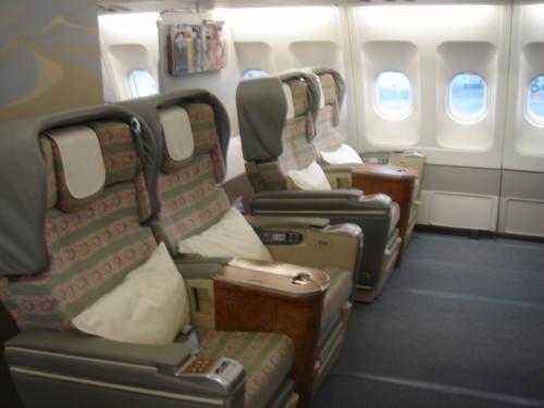 機材はA330-200 で、コンフィグは<br />F席は2-2-2の2列で計12席です。<br /><br />