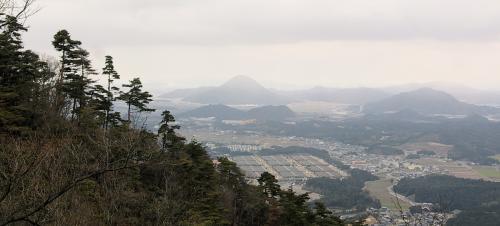 鶏冠山手前から東方面の展望が開ける。<br />三上山が見えますね。