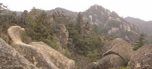行く手方向には、<br />今日の目的地、天狗岩が見えてきた。<br /><br />岩の造形がおもしろい。