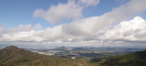 天狗岩からの眺め。<br />先ほどの雪もすっかりやみ、碧空に。そ<br />れにしても、<br />こういう場所で食べるのって、最高です(^^