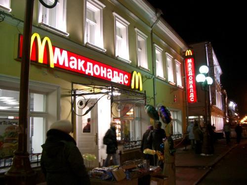 モスクワ駅に到着すると「ついに来た」という喜びで自然に顔が緩んできてしまう。その夜、ワシリー寺院のタマネギを見た時、モスクワを強く実感した。<br /><br />翌日。雪のクレムリンを「ピーピー」と警備員に笛で注意されながら見た後、トゥヴェルスカヤ通りのファーストフードの店でお昼を食べようとした。バイキング形式なのだが鉄板で焼いたりしていて勝手がわからない。困っていると、アリサという女性が同席して助けてくれた。大都会でも親切に出会える。<br /><br />ペテルブルク行きの列車は夜11時55分発オクチャーブリスカヤ駅。疲労のせいか熱っぽい。ぼーっとする頭で絵はがき書き終え、ポストを探しに駅を出た。発熱のせいで「夜遅い」ということを忘れている。「ポストはどこですか」と尋ねながら見つけたポストの暗がりには浮浪者が数人。大きなザックを背負って投函しに行けば囲まれるのは当然だ。荷物をつかまれながら、必死にもがいて逃げる。軽率な行動、ほんの少しの気の緩みに、すぐ危険が入り込んでくる。そんなこともあってか、乗車を待つプラットホームは立ったまま凍死してしまいそうなくらい寒い。でも旅人はへこたれない。列車に乗り込み、ツーリストたちと出会って旅の話をすると元気を取り戻すのだ。豪華なレッドアロー号で眠れば朝にはペテルブルク。いよいよロシア、最後の都市。<br /><br />http://www.jic-web.co.jp/study/jclub/info.html