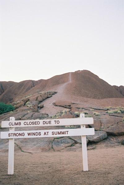 登山口が閉鎖<br />エアーズロックはレンジャーにより閉鎖されていた。<br />強風・雨天・気温などいろいろな条件で登山禁止になる。これが、かなりの確率で登山禁止になるらしい。<br />いつでも、くればすぐに登れるわけではない。<br />エアーズロックはアボリジニの聖地であるため、彼らは登山に対して反対している。<br />また、様々な行事があるため、この行事の時も登山禁止となることがあるらしい。